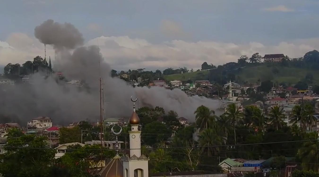 Marawi occupée par les combattants islamiques radicaux bombardés par l'armée philippine.