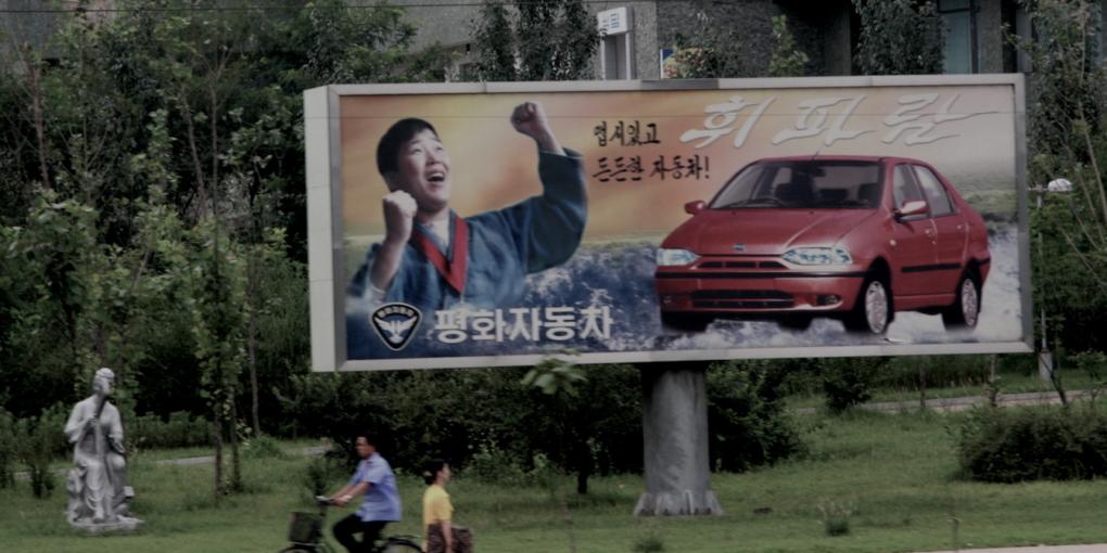 La publicité du constructeur automobile Pyonghwa Motors à Pyongyang, Corée du Nord — Crédit ©DR